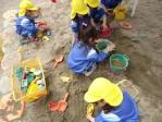 砂場の道具を使って